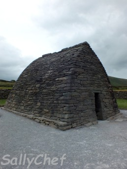 Gallarus Oratory testimonianza della vita monastica risalente ai secoli VIII-X, situata nel sito archeologico più famoso e interessante della penisola